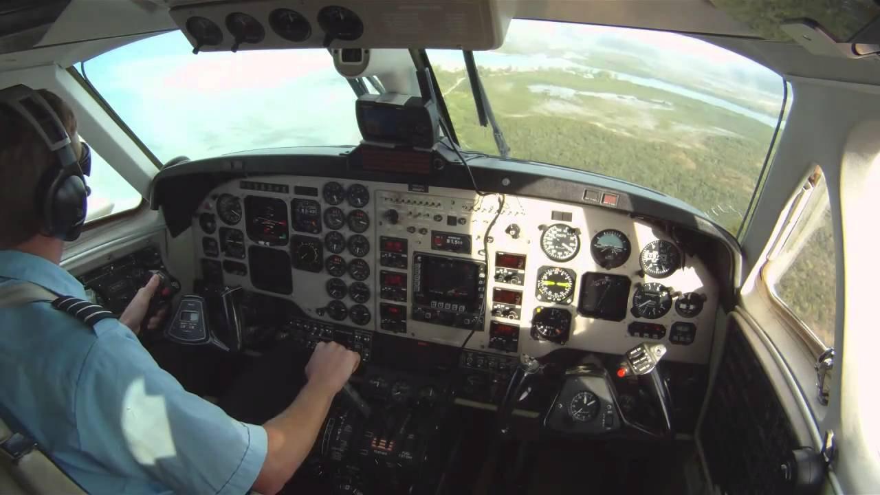 Австралийский пилот-стажер посадил самолет без переднего шасси