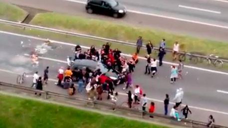 Протаранивший толпу манифестантов автомобиль попал навидео