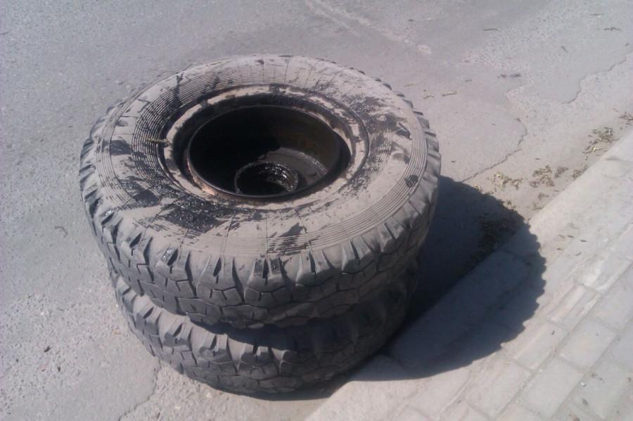 ВНовосибирске уКамАЗа находу отлетели колеса, подбиты тойота имотоцикл