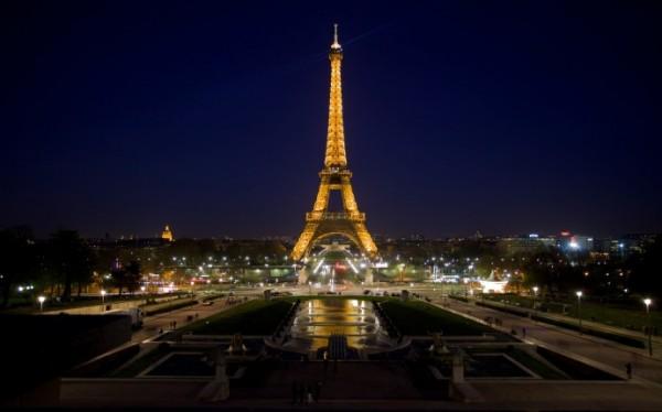 Эйфелева башня погасит освещение в память о жертвах теракта в Петербурге