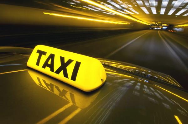 Московские такси бесплатно развозили пассажиров столкнувшихся поездов