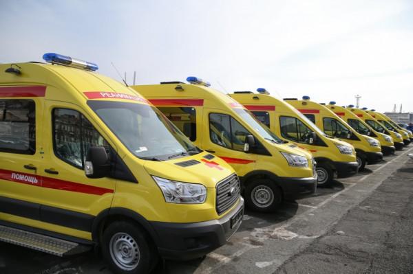 В Воронеже водители реанимобилей устроили дрифт на газоне детской больницы