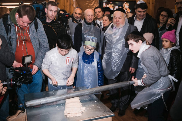 «Хлеб бедности» начали печь российские евреи перед Песахом