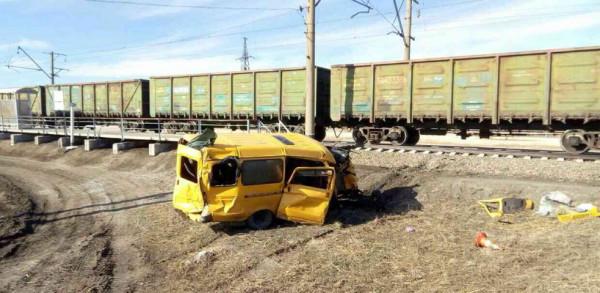Водитель попавшего под поезд автобуса под Омском скончался