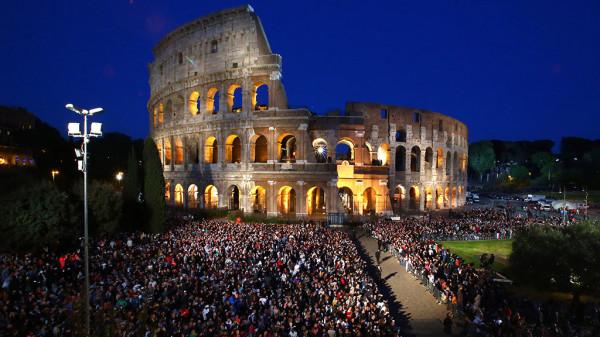 Папа Франциск возглавил Крестный ход у стен Колизея