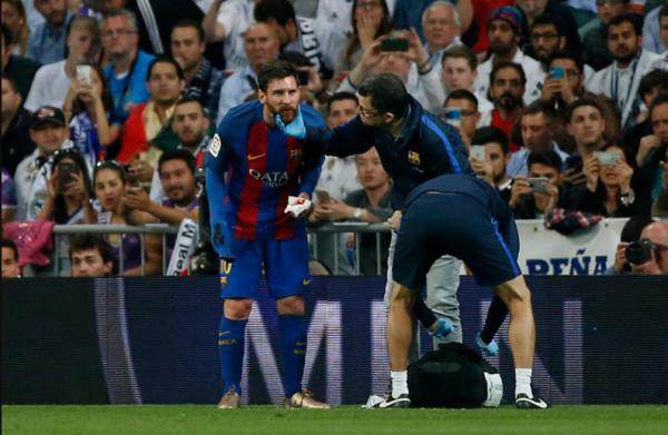 Нападающий «Барселоны» Месси выплюнул выбитый зуб в перерыве матча с «Реалом»