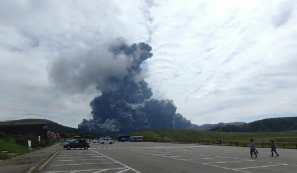 В Японии вулкан Сакурадзима выбросил трехкилометровый столб пепла