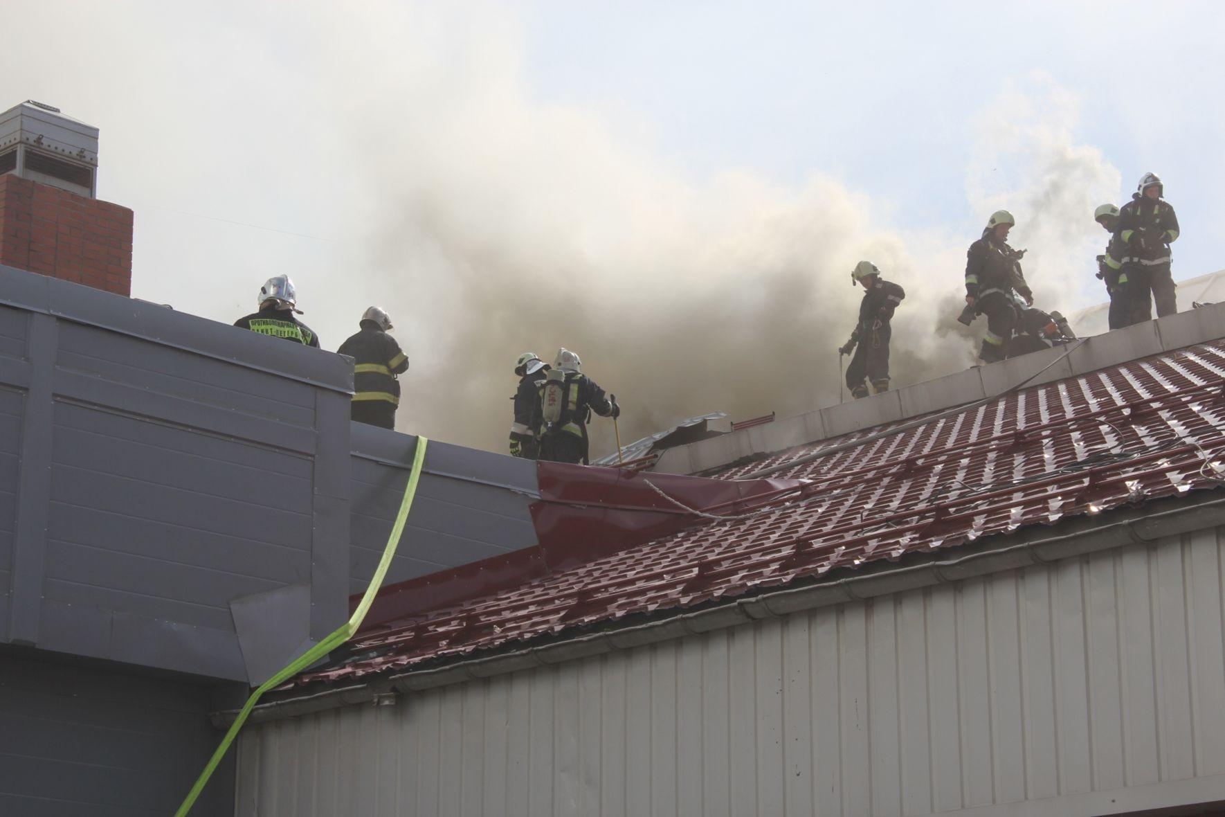 В российской столице загорелась крыша одного издомов, жильцы эвакуированы