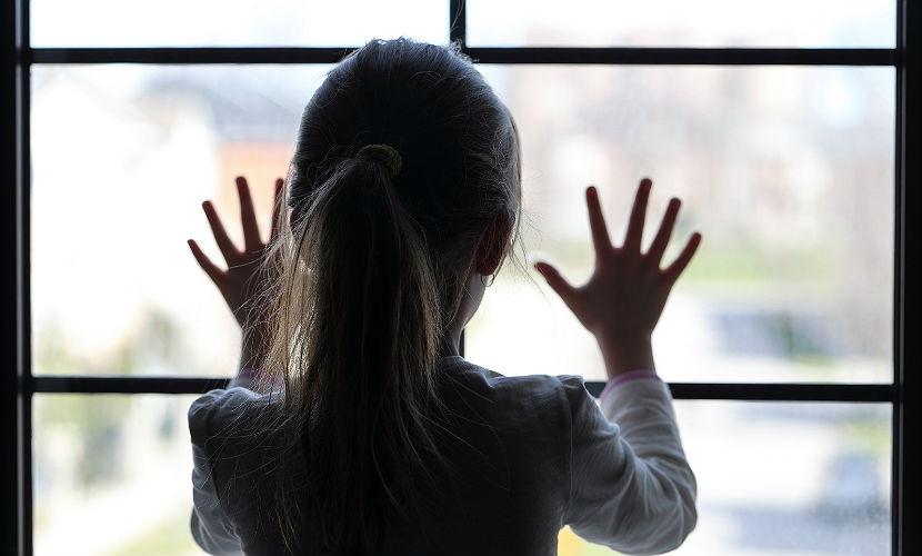 ВСаратове восьмилетняя девочка выпала изокна при попытке сбежать издома
