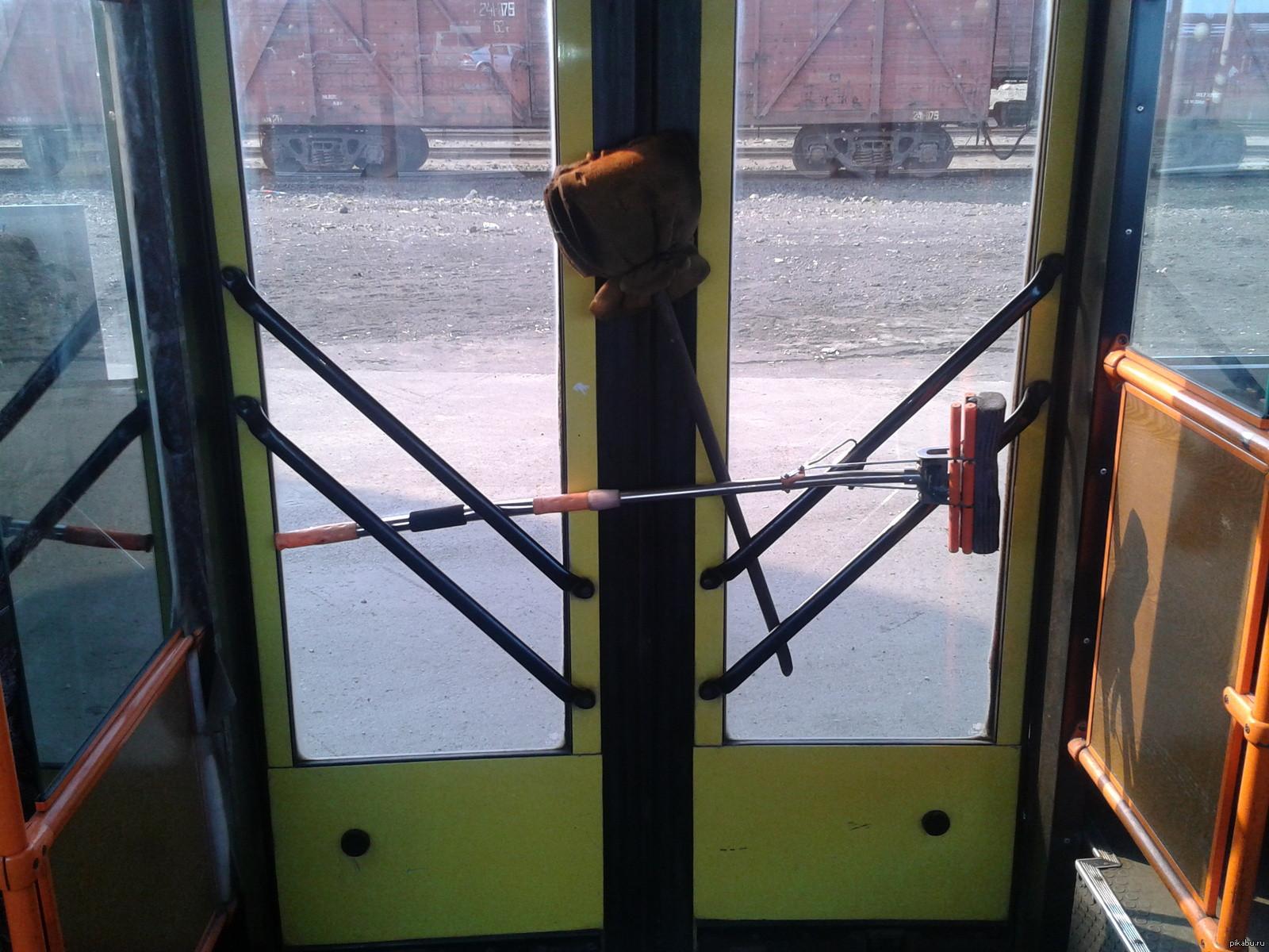 Пассажирский автобус вСургуте протащил поасфальту девочку