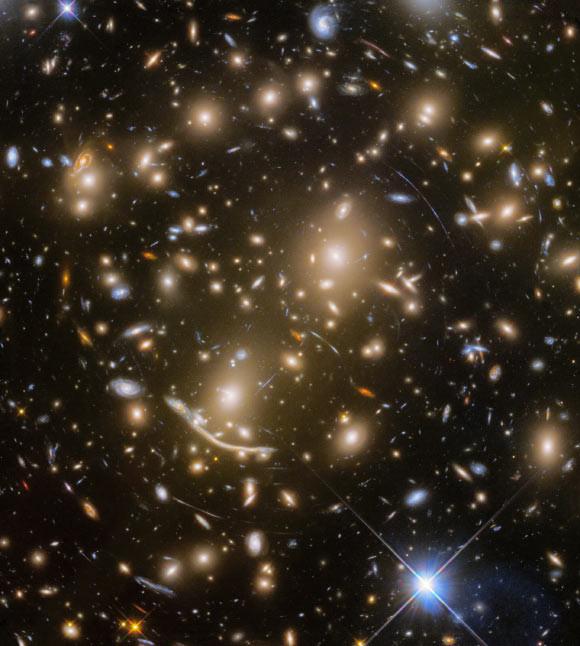 Ученые NASA отыскали рискованное для Земли скопление галактик Abell 370