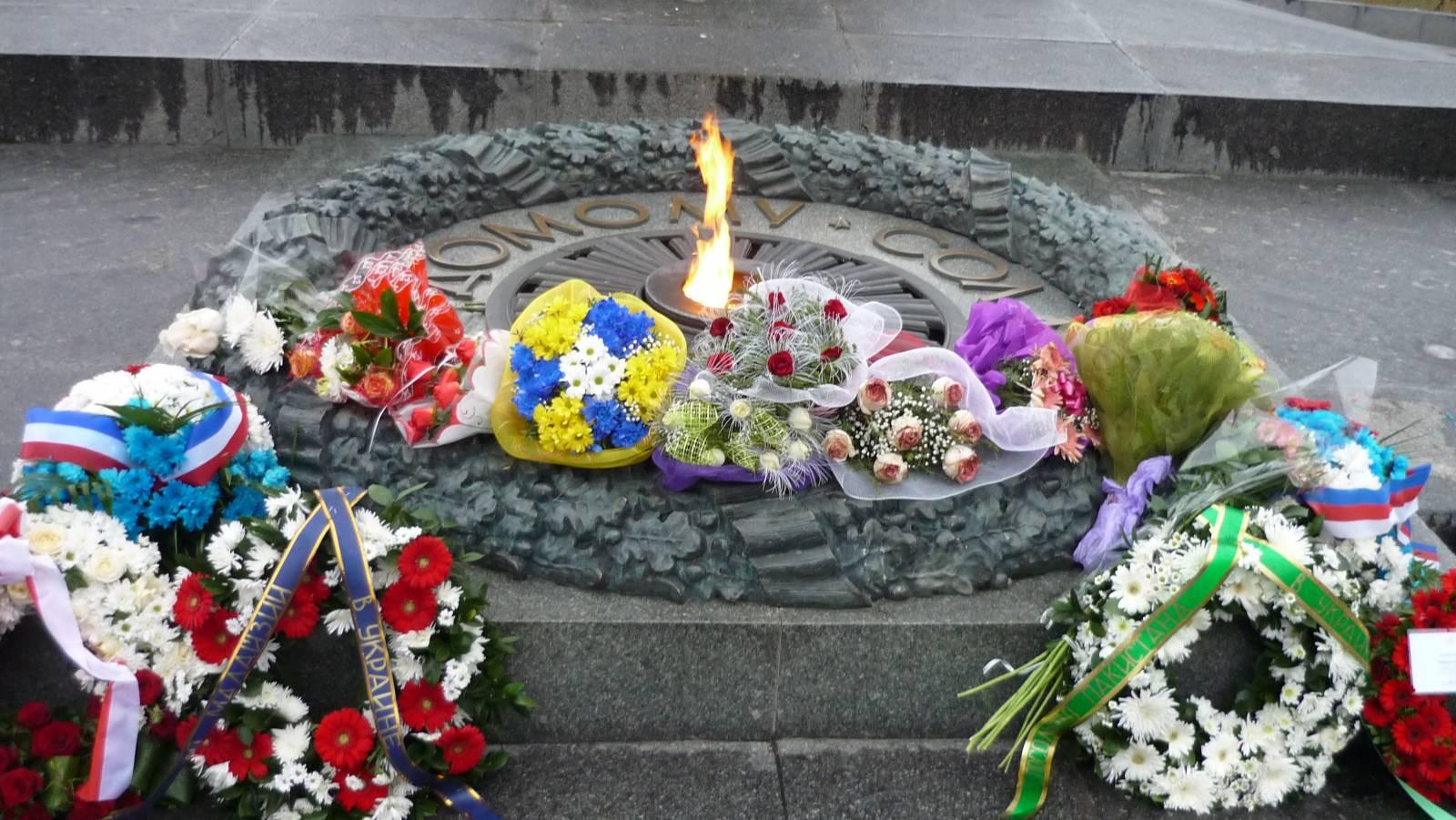 Русских дипломатов непустили к монументу Неизвестному солдату вКиеве
