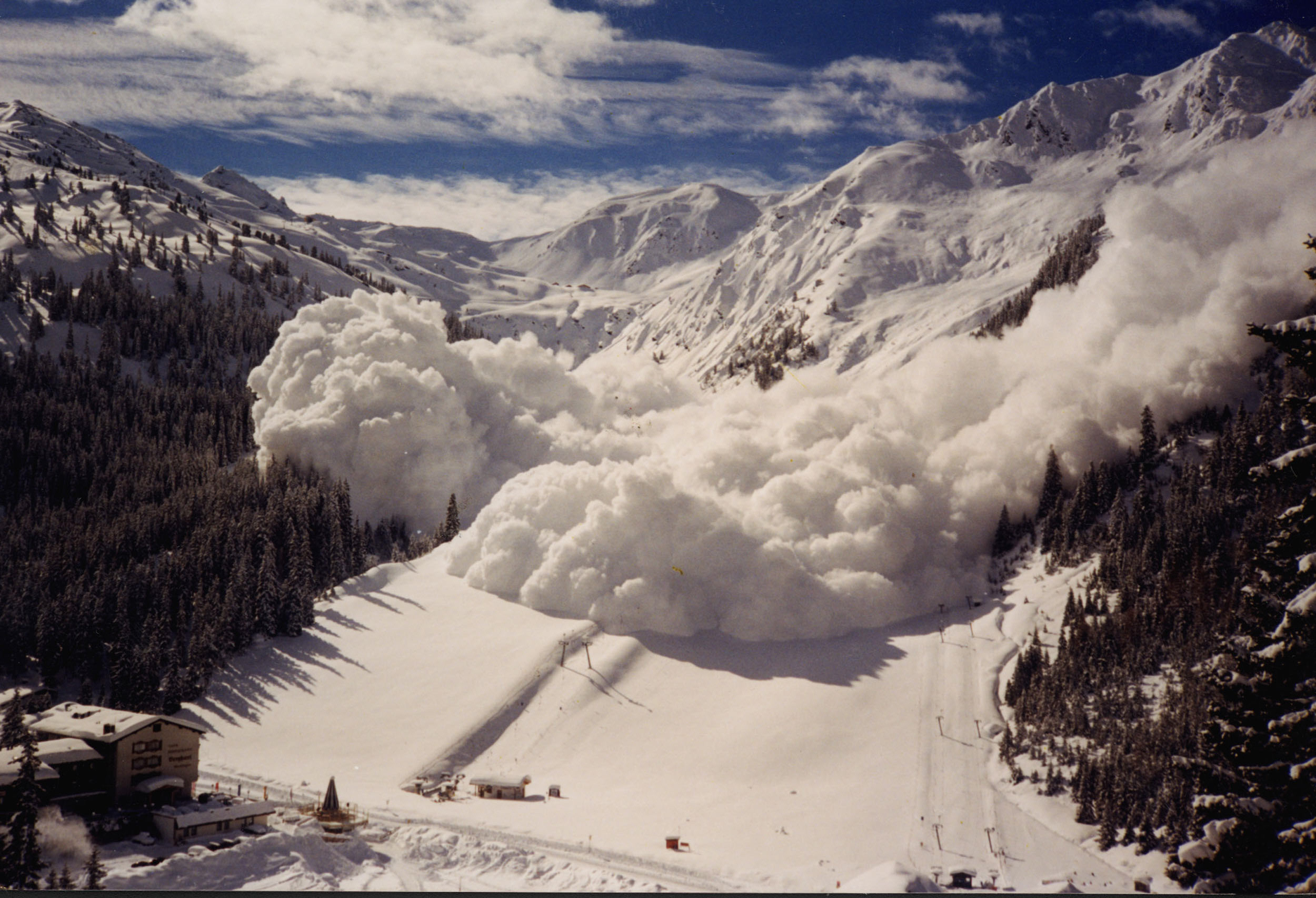 Вофранцузских Альпах в итоге схода лавины погибли трое лыжников