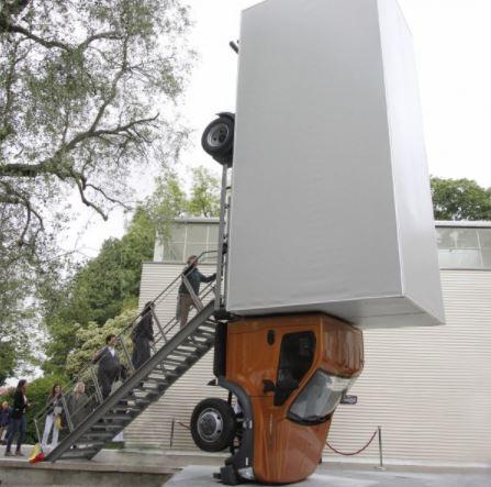 Перевернутый грузовой автомобиль «ГАЗон NEXT» стал арт-объектом Венецианской биеннале
