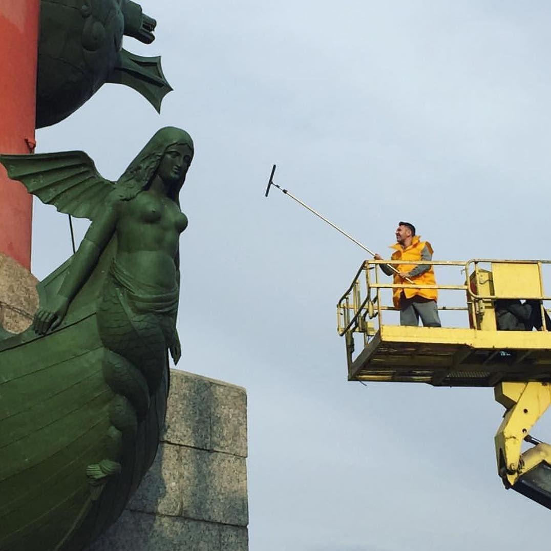 Сергей Шнуров ради поднятия рейтинга помыл ростральные колонны вПетербурге