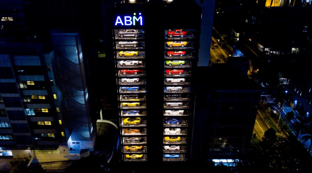 ВСингапуре открыли 15-этажный автомат попродаже спорткаров