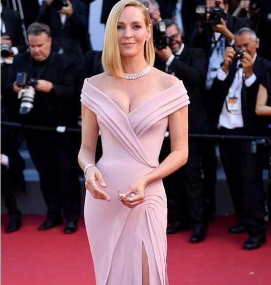 47-летняя Ума Турман сразила сексуальным платьем наКаннском кинофестивале