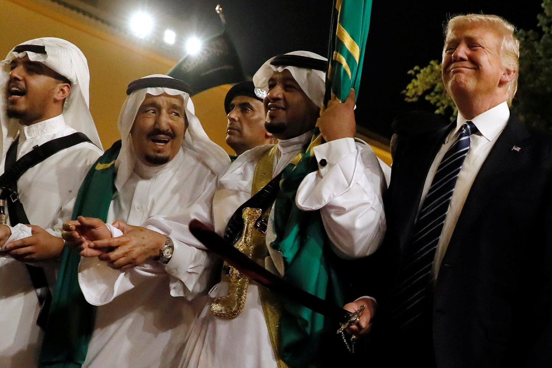 Трамп и монарх Саудовской Аравии приняли участие втанце смечами