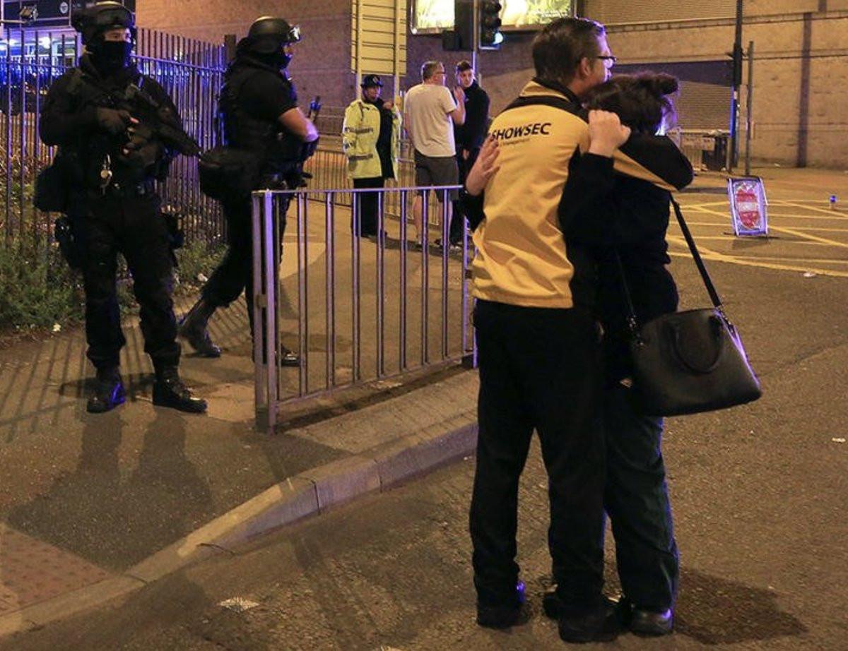 Трое молодых людей числятся пропавшими без вести после взрыва вМанчестере