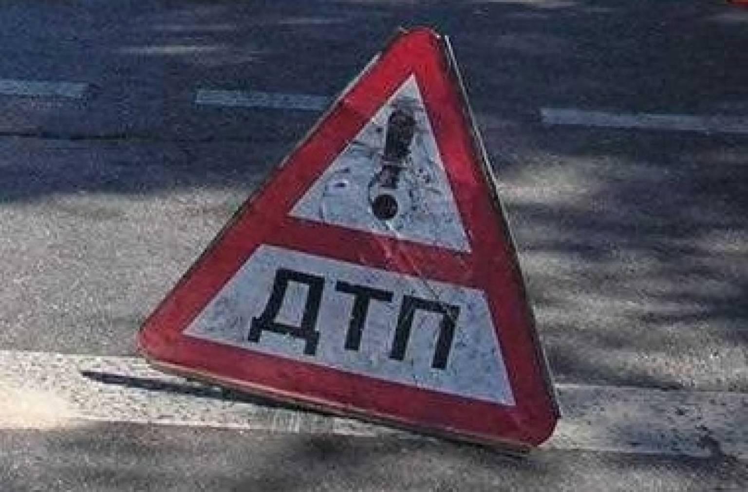 В столице России автомобиль протаранил фонарный столб