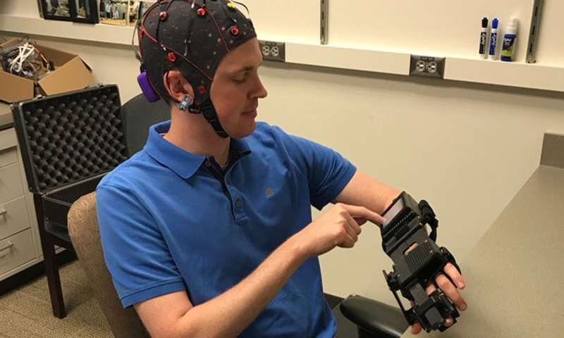 ВСША создали революционный шлем, который приводит вдействие парализованные конечности
