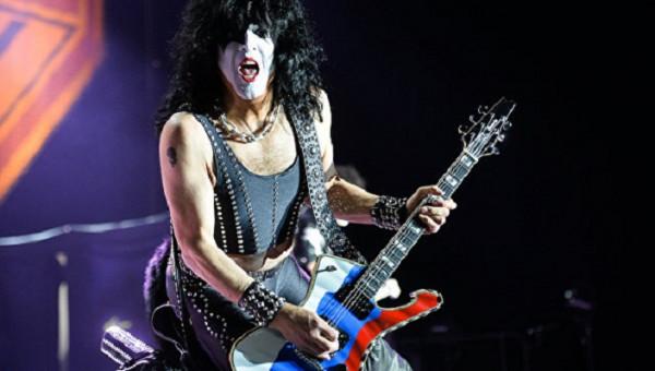 Пол Стэнли из Kiss сыграл на гитаре в цветах российского флага