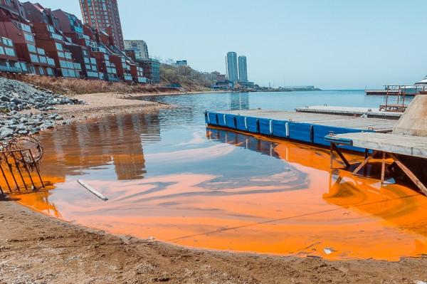 В Владивостоке море стало оранжевого цвета