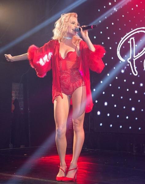 Пикси Лотт в Лондоне вышла на сцену в пикантном красном боди