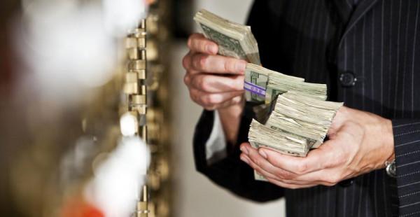 Больше половины россиян поддерживают хранение сбережений в банке