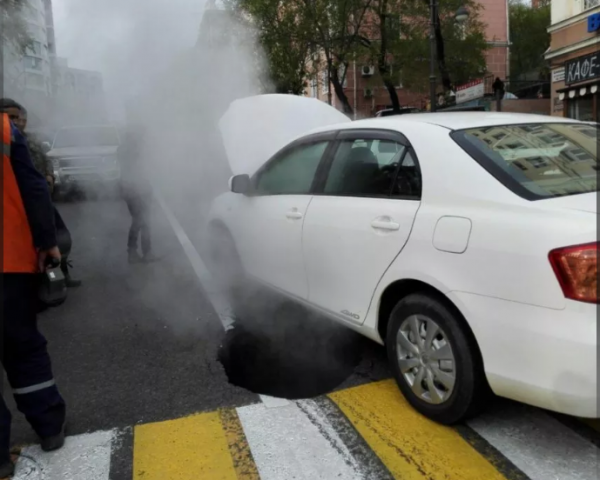 Во Владивостоке на дороге провалился асфальт