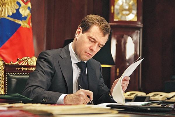 Медведев готов выделить 10 миллиардов Росрезерву для покупки металла
