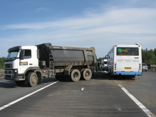 В Тульской области столкнулись пассажирский автобус с грузовиком