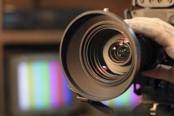 Журналист «Би-би-си» потрогал грудь женщины в прямом эфире