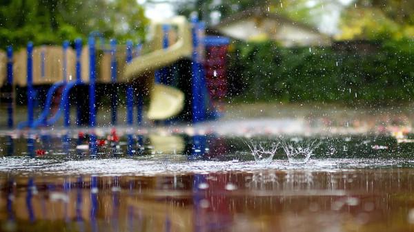 В Иваново детская площадка установлена в центре огромной лужи