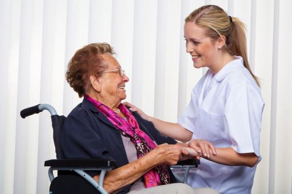 С 2022 года в США медики будут обязаны приезжать домой к пожилым людям