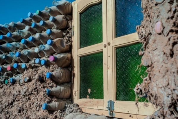 В Алжире парень строит дома из пластиковых бутылок