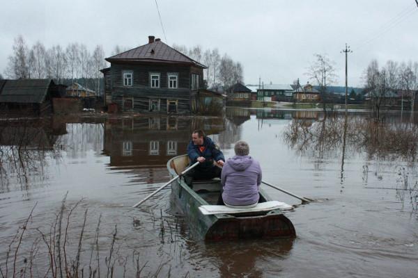В Омске жители отказываются покидать подтопленные дома
