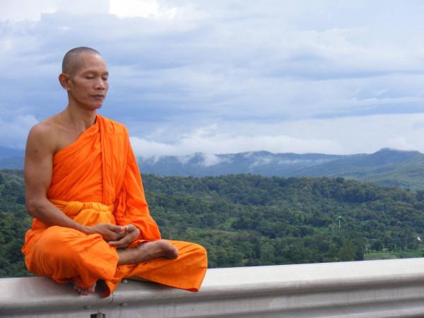 В Таиланде монах в автобусе смотрел порно на своем смартфоне