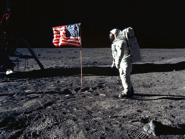 В США на аукционе продадут сумку с лунной пылью  Нила Армстронга