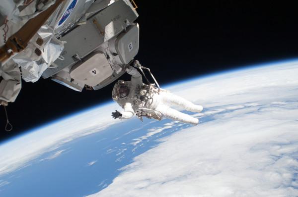 Астронавты NASA начали экстренный ремонт ретранслятора на МКС
