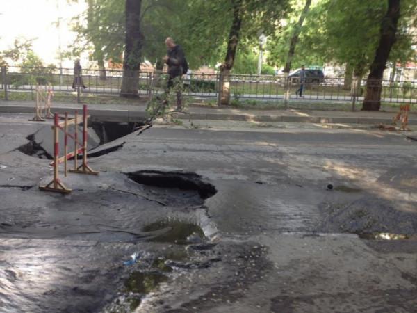 В центре Саратова на проезжей части провалился асфальт