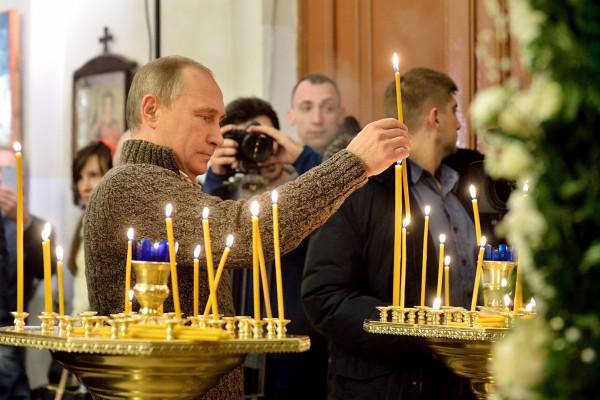 В Сети появилось видео, как Путин приложился к мощам Николая Чудотворца