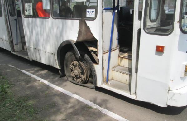 В Братске взорвавшееся колесо троллейбуса покалечило пассажирку
