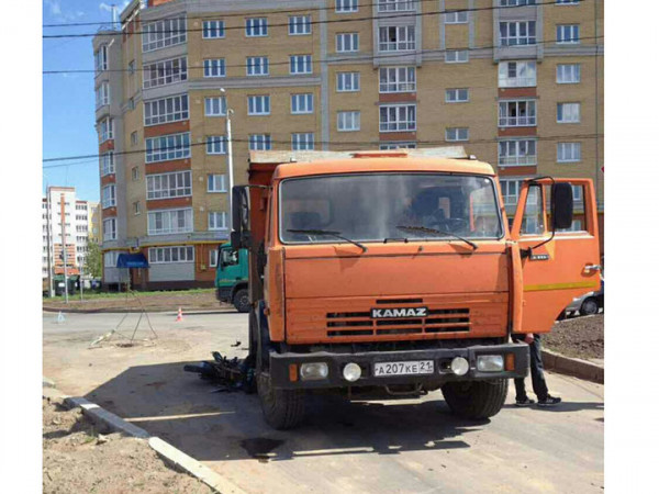 В Чебоксарах под КАМАЗ «влетел» мопед с водителем