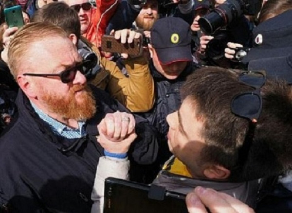 Комиссия Госдумы по этике осудила поведение Милонова в потасовке с ЛГБТ-активистами