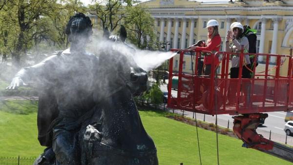 К Дню города в Петербурге любители селфи помыли Медного всадника
