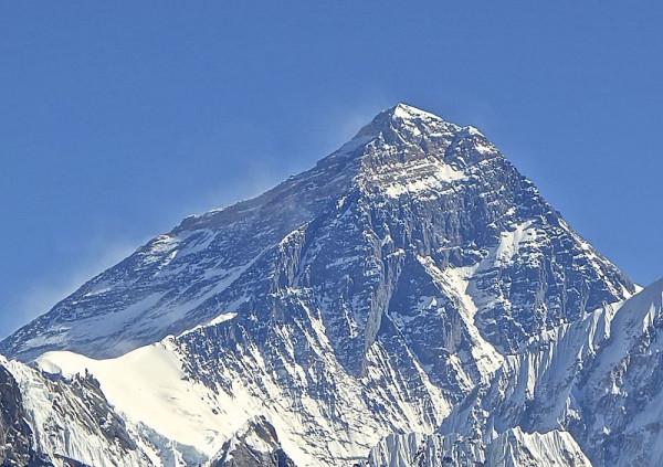 В районе Эвереста произошло крушение самолета