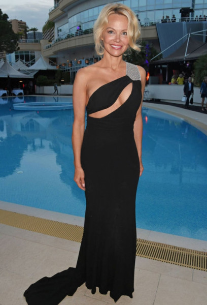 Памела Андерсон вновь появилась в Монако в откровенном наряде
