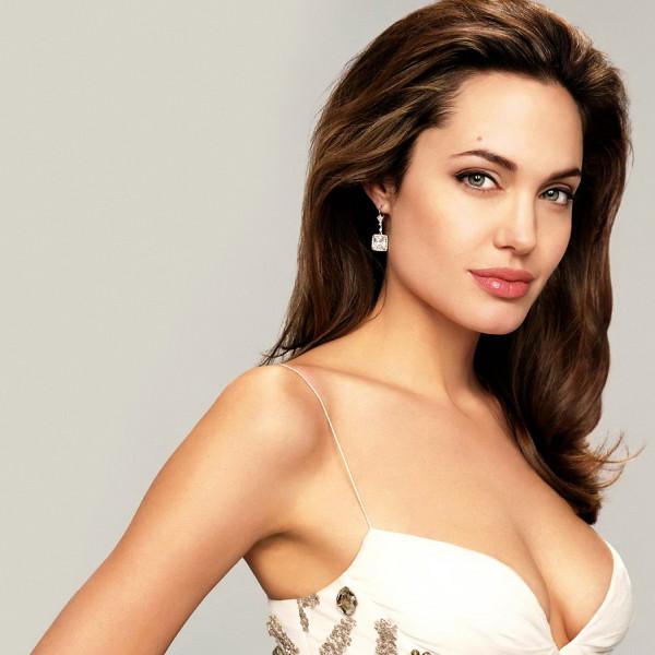 """Анджелина Джоли шокировала своей грудью детей в """"Диснейленде"""""""