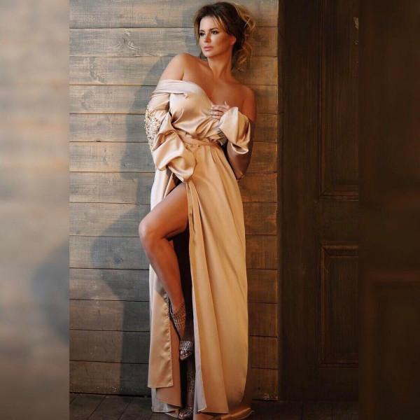 Анна Семенович поразила стройным телом в пикантном платье